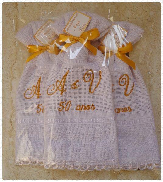 Lembrança toalha bordada para bodas de ouro acabamento com laço de cetim e renda…