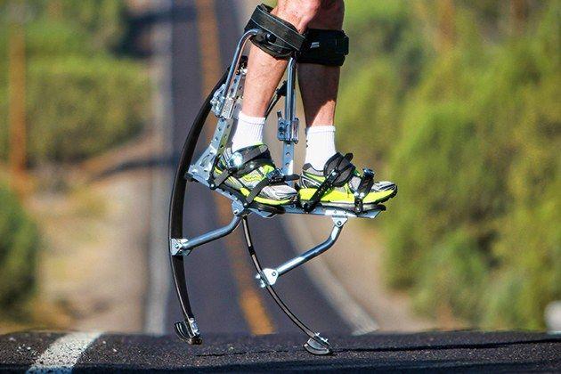 『Air Trekkers(エアトレッカーズ)』は履いてジャンプすると最高3メートルまで跳躍可能な新型の竹馬。