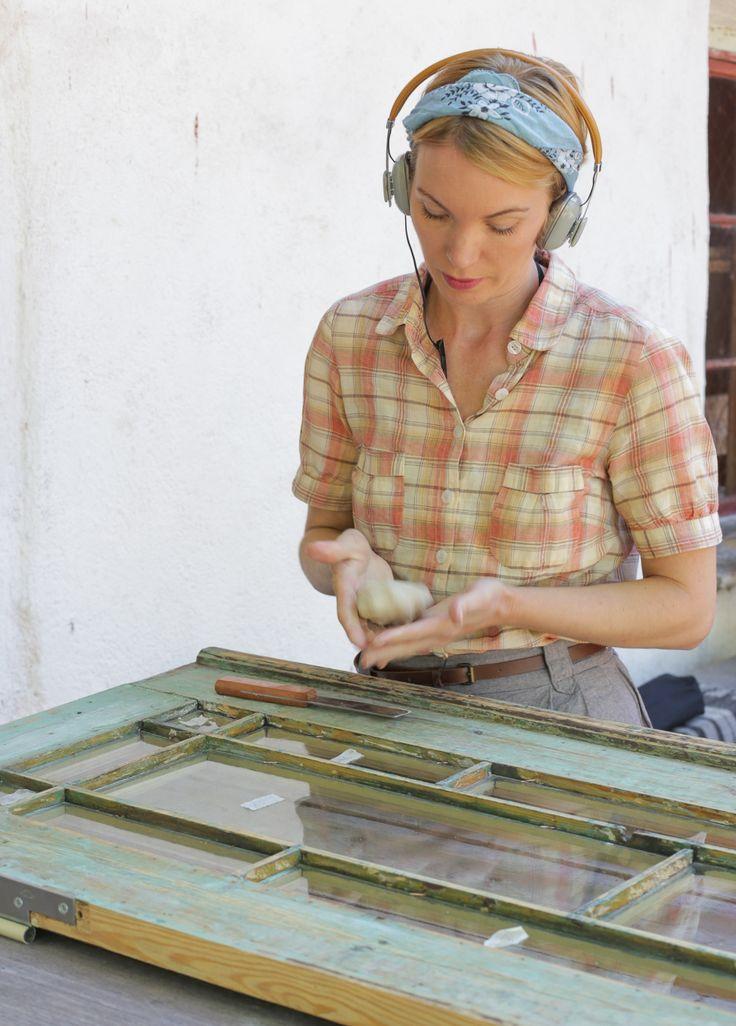 Fönsterrestaurering med linoljekitt och Sommarpratarna i hörlurarna. #byggnadsvård #gamla #hus #pardörrar #fönster