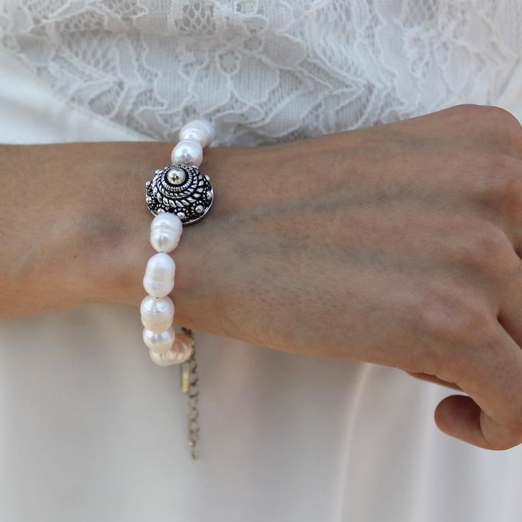 Wit parelarmbandje met Zeeuwse knoop.