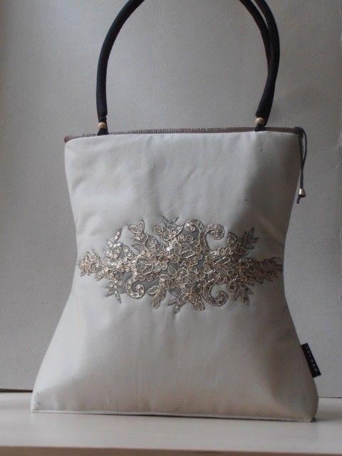 Klasszikus törtfehér nõi táska, arany csipke rátéttel