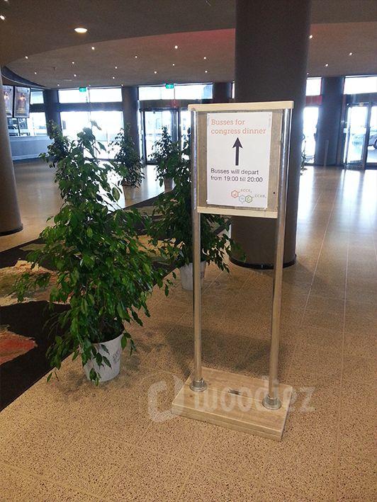 WOODIEZ | Uniek welkomstbord van steigerhout met steigerbuis. Heet je gasten welkom in stijl! #welkomstbord #steigerhout #beurs #congres