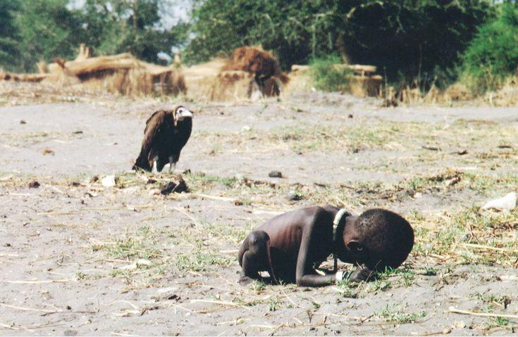 Al mismo tiempo en que yo nacía, del otro lado del mundo miles de niños se estaban muriendo de hambre. Kevin Carter tenía una misión: fotografiar todo lo que sucedía en África del Sur en la crisis de hambruna más grave de su historia.En 1993 viajó a Sudán. Estuvo un día entero fotografiando el pueblo Ayod. Cu