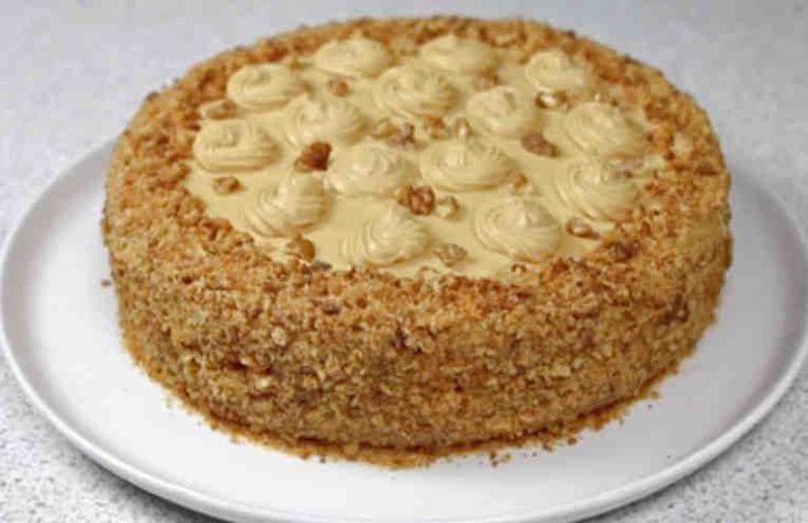 """Это очень домашний, очень уютный и очень вкусный торт. С ним так приятно пить чай в кругу семьи, и он так напоминает детство! Называется этот торт так потому, что и в бисквите, и в креме используется вареная сгущенка, и это придает ему нежный вкус, напоминающий вкус любимых всеми ирисок """"Золотой клю"""