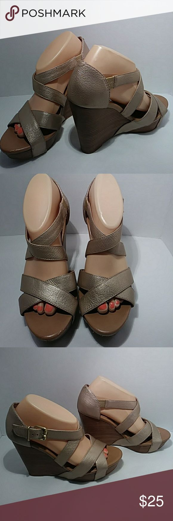 """Banana Republic gold wedge heels Pretty pearl gold leather wedge heels in good clean condition with 4"""" heels Banana Republic Shoes Wedges"""