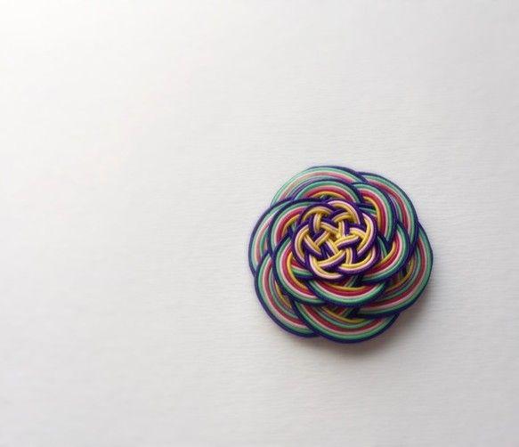 着物はもちろん普段使いにもとってもステキな和テイストのヘアバレッタをご紹介です!花水引でお花を作り、三段に重ねてボリュームを出した作りです。ショートの髪にも和テイストをプラスしてみたら可愛さ倍増!★和紙で作りました 手作りの専用の箱入りになります(例:写真5)    但し 柄は選べませんので届くまでのお楽しみになさってくださいねサイズ 約5.5×5.5cm飾り部分の厚み 約2.0cm金具部分 4.0cm■□■ オーダーも承っております(納品まで1ヶ月) ■□■ こんな色で、こんなサイズで、スワロはこんな色で!なんて、 少しでもお客様のご要望にお応えできるよう、 何度もご連絡させていただいて、満足していただけるよう 納期には1ヶ月はちょうだいしています。+++ オーダーいただく前に必ずご一読願います +++★作品はひとつひとつ大切に作っていますが、とても手作り感のある仕上がりです。 ★糊付けや加工段階で、多少のはみだしや指紋が付くなどすることがございます。ご理解ください。★また、お客さまがお使いのブラウザによって、作品の色や質感などどうしても実物と異なる場合があります。…