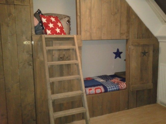 Stoere jongenskamer met houten bedstee - Babykamerinspiratie.nl