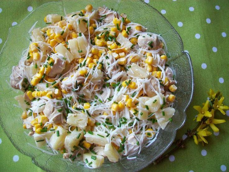 Sałatka z makaronem ryżowym, kurczakiem i ananasem