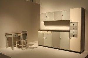"""Eine Küche für die Praxis Vogler Berlin (1929) und ein Küchenstuhl (1924) von Marcel Breuer,gesehen in der neuen """"Sammlung Bauhaus"""", Bauhaus Archiv Berlin"""