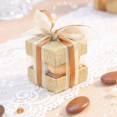 Un contenant à dragées ultra chic et tendance pour une cérémonie de mariage vintage toile de jute et dentelle. Une touche Original en avant première chez Dragées Anahita