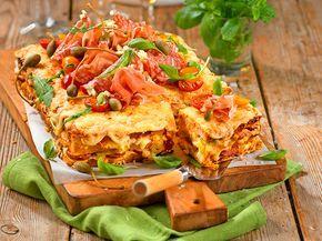 Varm smörgåstårta är bland det godaste som finns! Prova den här med fyllning av skinka, chorizo, champinjoner och ost – en smörgåstårta med extra allt helt enkelt!