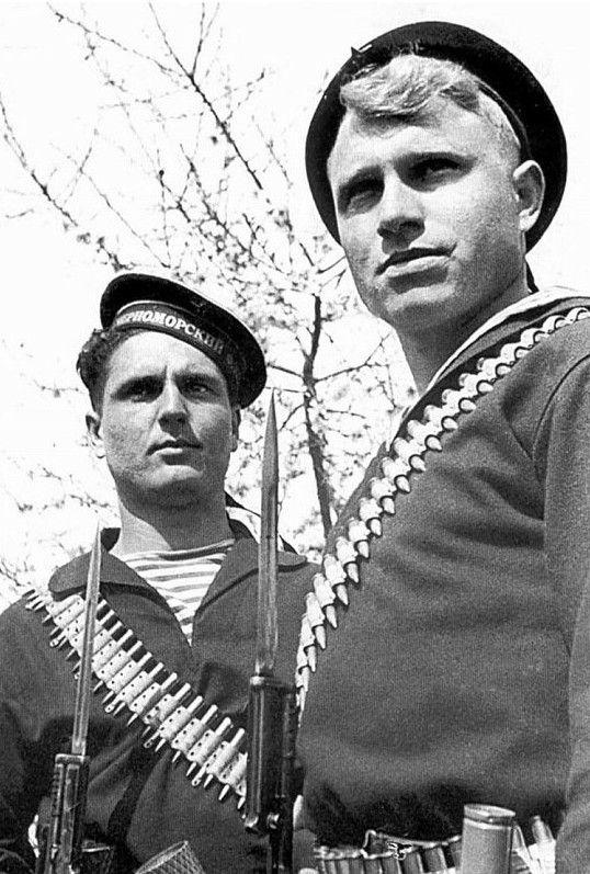 Краснофлотцы П.П.Стрепетков и П.И.Руденко в рукопашном бою уничтожили 17 немецких солдат.  Севастополь, май 1942 г.