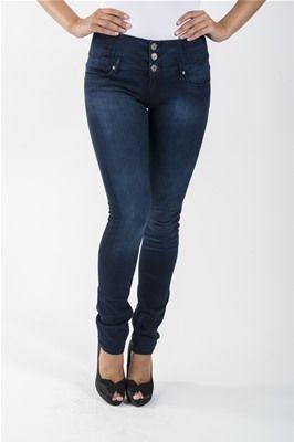 Myk bukse med høyt liv og litt stretch. Buksen har 3 knapper og glidelås. Lommer foran og bak. Dette er en bukse som kan være en flatterende modell for de fleste kroppstyper. Kommer i fargen Dark Blue. 70% Bomull, 28% Polyester, 2% Spandex. Kan vaskes på 30 grader. Husk å vrenge buksen når du vasker den.