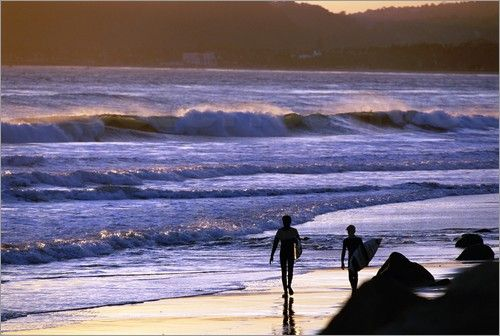 """Bild von Rich Reid - """"Silhouetten von Surfern am Strand"""""""