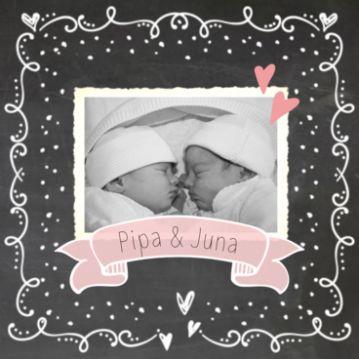 Tweeling geboortekaart krijtbord meisje met vaandel en vintage fotokadertje. #geboortekaartje #geboortekaartjes #geboortekaarten #zwanger #baby #babygirls #twins #tweeling #dochters #dochtertjes #meisjes #krijt #sierlijk #foto #hartjes #stipjes