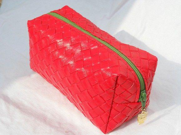 無地とシワ模様の二種類の紐を編んだような緑色のチャックに金色フクロウが可愛らしい赤い四角いポーチです。合皮っぽいビニール生地で作っているので、やわらかく少々の...|ハンドメイド、手作り、手仕事品の通販・販売・購入ならCreema。