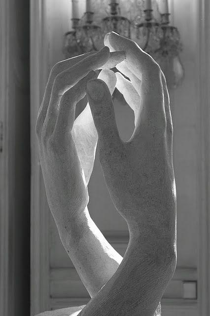 Son unas manos realizadas por Rodin en piedra, este artista paso años estudiando la anatomía de las manos y con esta obra comprobamos que no fue en vano