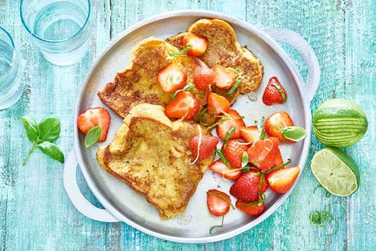Door de aardbeien te marineren in limoensap met basilicum worden ze nog lekkerder - Recept - Allerhande