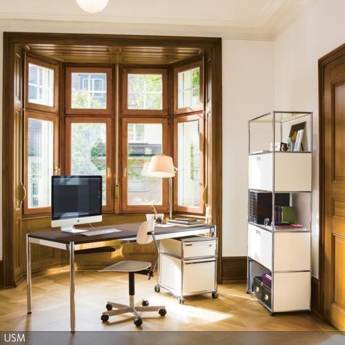 Der Erker ist ein idealer Platz für das Home Office, denn er lässt viel Licht herein und gibt einen schönen Ausblick. Um auch mal ans Fenster treten zu können, …
