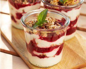 Płatki owsiane prażone z miodem, jogurtem i malinami