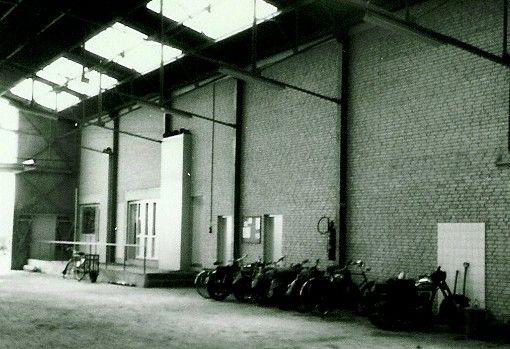 Jawico, interieur van de nieuwe garage. Vooraan de toegang tot het kantoor. De chauffeurs, maar vooral het kantorpersoneel, komen met de fiets naar het bedrijf.