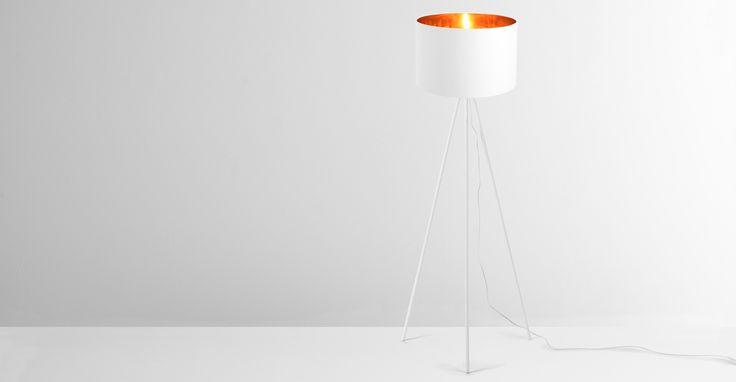 Tris Tripod-Stehlampe, Weiß und Kupfer - MADE.COM Jetzt bestellen unter: https://moebel.ladendirekt.de/lampen/stehlampen/standleuchten/?uid=e12267ab-f566-5674-b3d3-35b57281160b&utm_source=pinterest&utm_medium=pin&utm_campaign=boards #stehlampen #leuchten #lampen