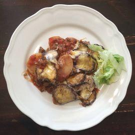 Moussaka met aubergine, aardappel, tomatensaus, room en kaas - Het keukentje van Syts