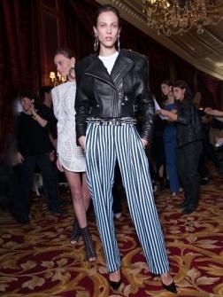 De ravebroek is de nieuwe pyjama pants. Zo combineer je hem op zijn best.