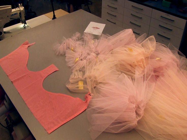 Kungliga Operans kostymateljé visar hur man syr en klassisk balettkjol, en tutu, till Kungliga Baletten. Totalt används 70 meter tyll och arbetet tar ungefär...