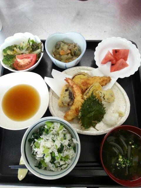 6月20日。天ぷら、茄子の味噌煮、野菜サラダ、玉葱とワカメのすまし汁、スイカです♪どれも美味しかったですよ