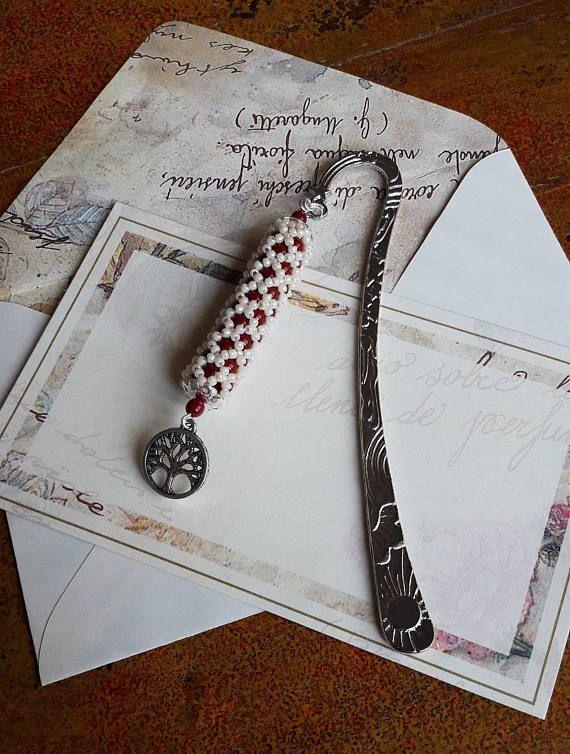 Segnalibro fatto a mano rosso corallo e beige in tessitura di perline, charm albero della vita