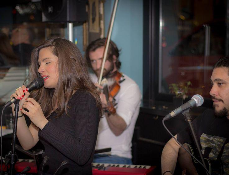 Βάσια Δανιά live @ Chez Michel (15/4/2016) με Δημήτρη Καζάνη (βιολί & πλήκτρα) και Γιώργο Πασχάλη (κιθάρα)  Φωτογραφία: Δημήτρης Καμπόλης