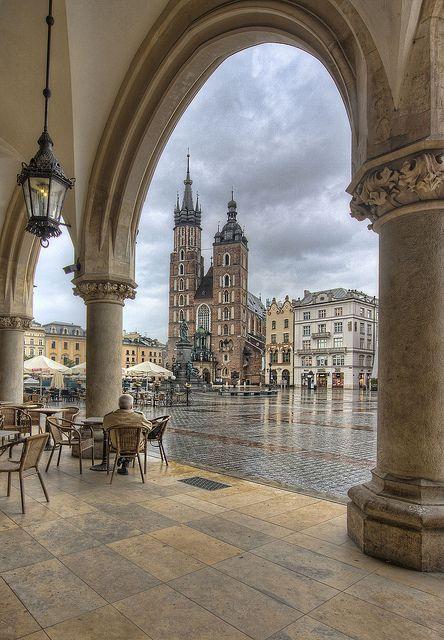 POLONIA - CRACOVIA (1978). Antigua capital de Polonia tiene la plaza del mercado más grande de Europa y numerosas mansiones históricas, iglesias y palacios magníficamente decorados. Fue Capital Europea de la Cultura en el 2000. #Cracovia.