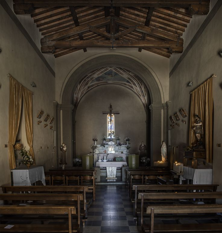 Poca la luce che entrava dalla porta socchiusa, ma abbastanza per una dimessa atmosfera di raccoglimento, come si conviene a una chiesetta di un paesino sulla Montagna Pistoiese.