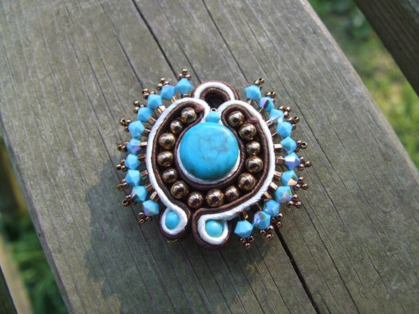 Introduction to beading with soutache. Written in French, but easily followed by the pictures.