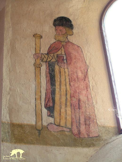 Les Amis de Saint-Jean-Saint-Maurice-sur-Loire – Eglise de St-Maurice- 31) Dans l'embrasure d'une baie sur la droite de l'édifice, une fresque a été découverte lors de travaux entrepris en 1999. Elle représente St Jacques en tenue de pèlerin, vêtu d'une cape, muni d'un bâton (le bourdon) et portant chapeau. Le pied du personnage démesurément grand renvoie à la fonction du marcheur.