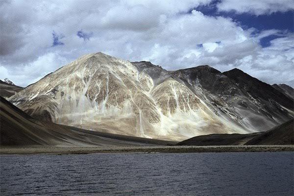 Aksai Chin - Montanhas do Hima região é mundialmente conhecida como um aeroporto de Ovnis e serve como referência para vários desenhos e filmes. Moradores locais afirmam que, devido à sua privilegiada localização, existem inúmeros casos de avistamentos de objetos voadores não identificados. A região é praticamente desabitada, não possui assentamentos permanentes e recebe pouca precipitação pluviométrica, pois o Himalaia e a cadeia de montanhas do Karakoram bloqueiam as chuvas da monção…