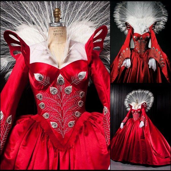 robe rouge de la reine pour le bal blanche neige de tarsem singh pinterest lily collins. Black Bedroom Furniture Sets. Home Design Ideas