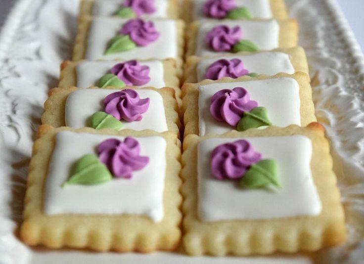 Mini cookies! #melissagracedesserts #dessert #baking #cookies #cookieart #decorating flowers #purple #yummy #pretty #mothersday