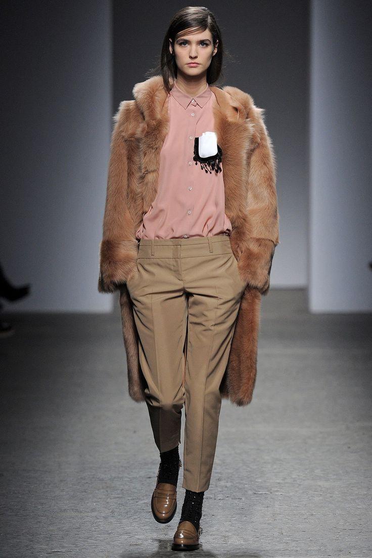 No. 21 Fall 2013 Ready-to-Wear Fashion Show - Manon Leloup
