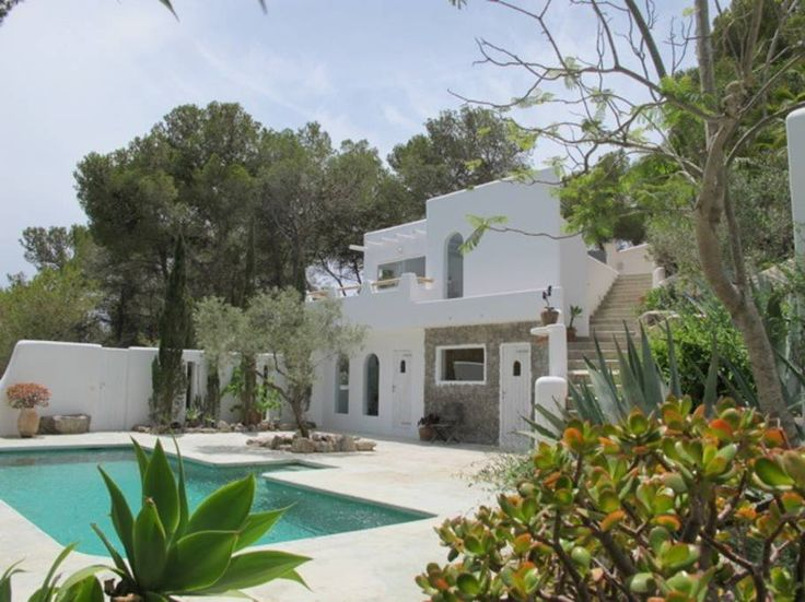 Villa in Ibiza, Spanje. This self-catering small finca-style villa w a seaview and swimming pool is on a beautiful hill 10 mins from Ibiza town, the famous beaches (Cala Jondal & Ses Salinas) and best clubs (Ushuaia, Space & Pacha).       It's an authentic lovingly desig...