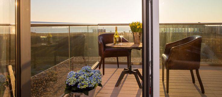 Denn es gibt nichts schöneres, als einen Sonnenaufgang auf dem Balkon der Suite oder den Sonnenuntergang über dem Meer auf der Dachterrasse des Hotel MeerBlickD21 live zu genießen.