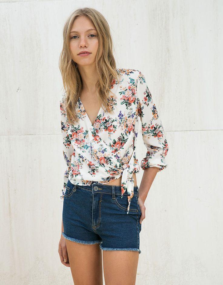 Camisa estampada cruzada con lazo - Camisas y blusas - Bershka España