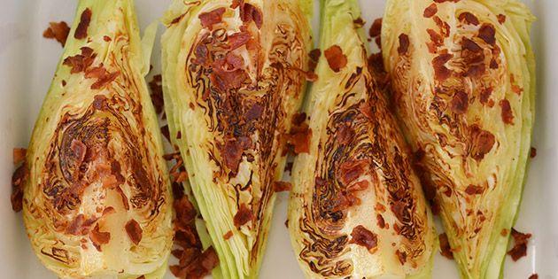 Spidskål stegt i baconfedt og anrettet med sprødstegt bacon.