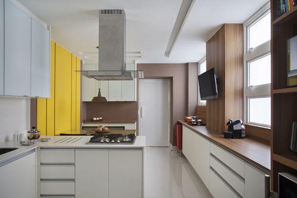 cozinha branco marrom madeira amarelo bancada cooktop