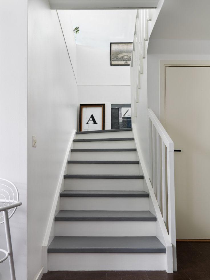 Måla trappstegen i din favoritfärg för att göra trappan mer unik. Här är de grå trappstegen målad i kulören Edit 1601