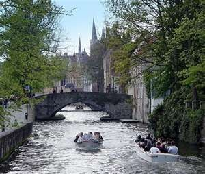 awww, the Venice of the North, Brugge, Belgium....one of my favorite places in Europe :)