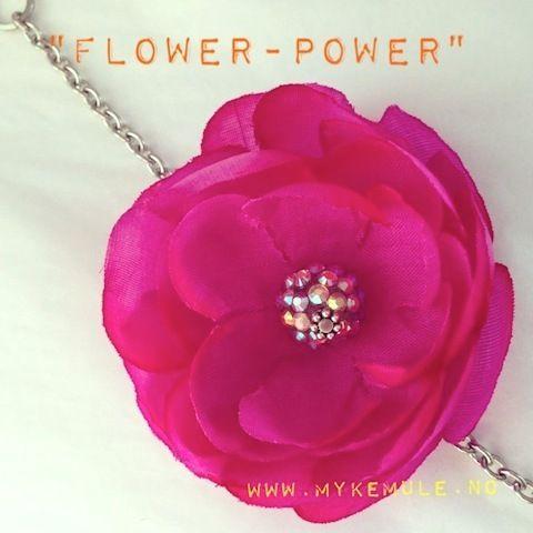 Nydelig armbånd...Den store blomsten (7 cm.) lyser opp en hvilken som helst høstdag..., og fargen velger du selv...Dette er virkelig ARMCANDY!!!Lenken er i holdbart rustfritt stål (regulerbar), og selvfølgelig nikkelfri...