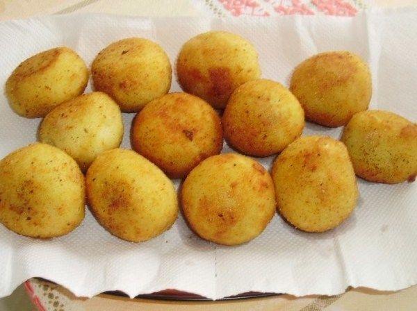 Depois de bem cozidas, amasse as batatas, acrescente o amido de milho e um pouco de sal, misturando bem; A massa deve ficar bem seca; Deixe esfriar; Refogue a carne moída com a cebola, o
