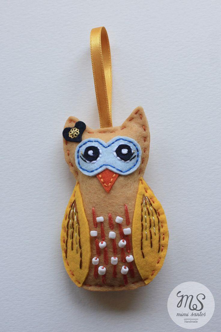 Various small owls made in felt are embroidered with applications and beads. They can be used as a keyrings, pins, bag decoration, wedding souvenirs or simply as decoration. Big size 10cm x 6.5cm ---------------------------------------------------------------- Vários mochos feitos em feltro, bordados com aplicações e miçangas. Podem ser usados como porta chaves, alfinetes, decoração para malas, lembranças de casamento ou simplesmente como decoração. Tamanho grande 10cm x 6.5cm